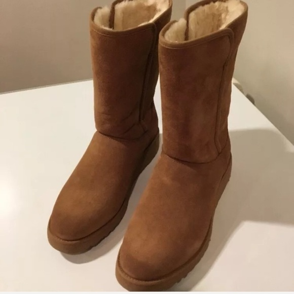 New Classic Ugg Amie Chestnut boots Sz 6 ❤️</p>                     </div> 		  <!--bof Product URL --> 										<!--eof Product URL --> 					<!--bof Quantity Discounts table --> 											<!--eof Quantity Discounts table --> 				</div> 				                       			</dd> 						<dt class=